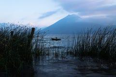 Rybak między trawą podczas zmierzchu przy Jeziornym Atitlan przy brzeg San Marcos, Gwatemala Obrazy Stock