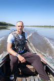 Rybak na łodzi rusza się w rzece Obraz Stock