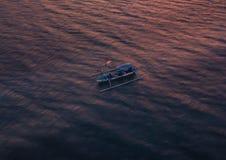 RYBAK na małej łódce Bali, INDONEZJA - STYCZEŃ 2018 - zdjęcia stock