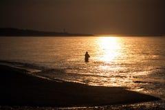 Rybak na plaży przy morzem bałtyckim tęsk ujawnienie Obrazy Stock