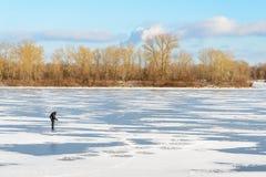 Rybak na Zamarzniętej rzece Fotografia Stock