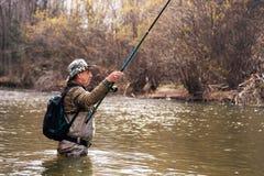 Rybak pozycja w rzece gdy łowiący dla lipnia Obrazy Royalty Free