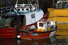 Rybak pracuje w Eyemouth schronieniu w Berwickshire w Szkocja, UK 07 08 2016 Obraz Stock