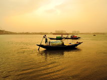 Rybak przejażdżki przez rzekę podczas pyłu szaleją Zdjęcia Royalty Free