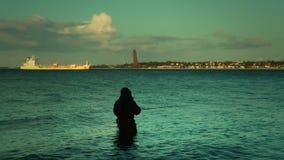 Rybak przy zmierzchem z Laboe, Kiel, Niemcy zbiory wideo