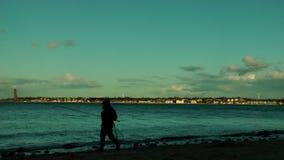 Rybak przy zmierzchem z Laboe linią brzegową przy horyzontem, Kiel zbiory wideo