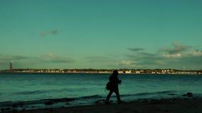 Rybak przy zmierzchem z Laboe linią brzegową przy horyzontem, Kiel, Niemcy, czasu upływ zbiory