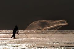 Rybak rzucona sieć rybacka zdjęcie royalty free