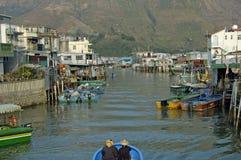 Rybak w ich łodzi w pięknym tradycyjnym fischermans vil Zdjęcia Royalty Free
