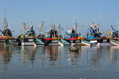 Rybak w małej łódce łowi w porcie Połów wysyła i czeka tomorrow& x27 zakotwicza; s dzień Zdjęcia Royalty Free