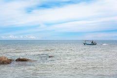 Rybak w małej fisher łodzi na morzu Obrazy Royalty Free