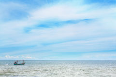 Rybak w małej fisher łodzi na morzu Obraz Stock