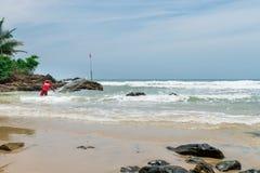 Rybak w naturze przy Itacarezinho plażą Zdjęcia Royalty Free