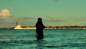 Rybak w wodzie przy zmierzchu panning, Laboe linia brzegowa, Kiel zbiory wideo