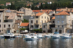 Rybak wioska Komiza na Vis wyspie w Chorwacja Zdjęcia Stock