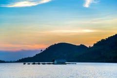 Rybak wioska na jeziorze w zmierzchu Obrazy Royalty Free