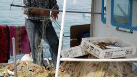 Rybak wyciąga rybiego chwyta od sieci rybackich Starszy żeglarz w porcie Bodrum, Turcja zbiory wideo
