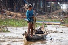 Rybak wzdłuż brzeg, Tonle aprosza, Kambodża fotografia stock