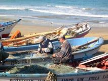 Rybak z małą łodzią rybacką i sieciami Zdjęcie Stock