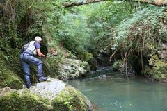 Rybak z połowu haczyka pięciem kołysa obok rzeki zdjęcie royalty free