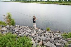 Rybak z połowu prąciem na brzeg rzeki Obrazy Stock