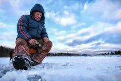 Rybak zima na jeziorze Zdjęcie Royalty Free