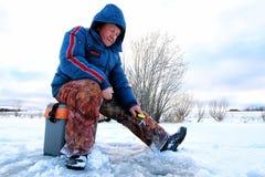 Rybak zima na jeziorze Zdjęcia Royalty Free