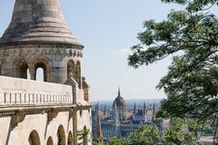 Rybaka bastion w lecie szklany architektury centrum odzwierciedlenie szczegół stropnic zakupy Budapest, Węgry Fotografia Royalty Free