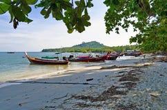 Rybaka długiego ogonu łodzie przy Sivalai wyrzucać na brzeg na Mook wyspie Obrazy Stock