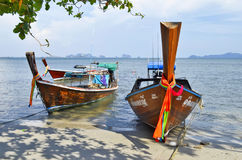 Rybaka długiego ogonu łodzie przy Sivalai wyrzucać na brzeg na Mook wyspie Zdjęcie Stock