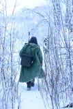 Rybaka odprowadzenie wśród krzaków w zimie Zdjęcia Stock