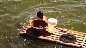 Rybaka pływania dolezienia floater bambusowa tratwa na jeziorze zdjęcie wideo