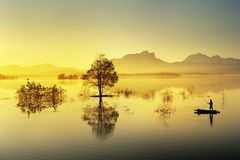 Rybaka połów w dużym jeziorze obraz stock