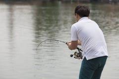 Rybaka połów w jeziorze Zdjęcia Royalty Free