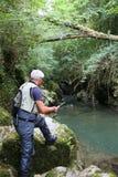 Rybaka połów w rzece ma zabawę obrazy stock