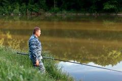 Rybaka połów relaksuje wakacje natury lata zieleni rybiego jezioro r Fotografia Stock