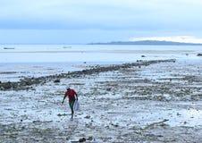 Rybaka przybycia plecy od morza fotografia stock