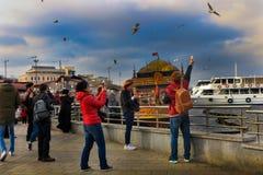 Rybaka ` s łodzi ludzie Biorą fotografie Eminonu Istanbuł fotografia stock