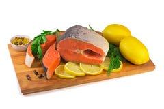 Rybi łosoś, cytryna, zieleń na białym tle. Fotografia Stock
