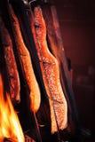 Rybi łososiowy kucharstwo outside lub opieczenie z ogieniem, drewno, sól i pieprz, fotografia stock