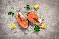 rybi świeży łosoś Surowi łososiowi stki na lodzie knedle tła jedzenie mięsa bardzo wiele  Zdjęcia Royalty Free