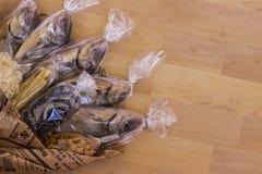 Rybi bukiet Ryba zawijają w gazecie Pakujący wewnątrz Zdjęcie Royalty Free
