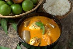 Rybi curry w czarnym pucharze z ryż Fotografia Royalty Free