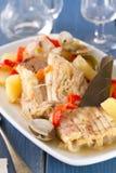 Rybi gulasz na białym naczyniu z winem Zdjęcia Stock