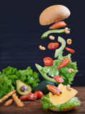 Rybi hamburger z garnelami w ruchu Zdjęcia Royalty Free