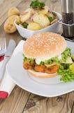 Rybi hamburger z smażyć grulami w pucharze Zdjęcie Royalty Free