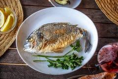 Rybi jedzenie na bielu talerzu z cytryną Fotografia Royalty Free