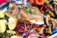 Rybi jedzenie z grulami i sałatką Obrazy Stock