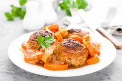 Rybi klopsiki lub noisettes piec z marchewką, cebulą i pomidorowym kumberlandem, Rybi klopsiki na talerzu Obrazy Royalty Free