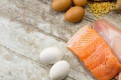 Rybi kurczak i jajka na drewnianym stole obrazy stock